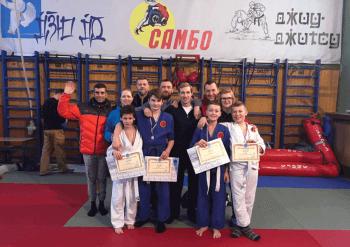 Юные призеры и чемпионы с учителем и родителями